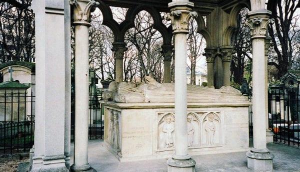 800px-Tomb_of_Abélard_et_Héloïse,_Père_Lachaise_Cemetery,_Paris,_France.